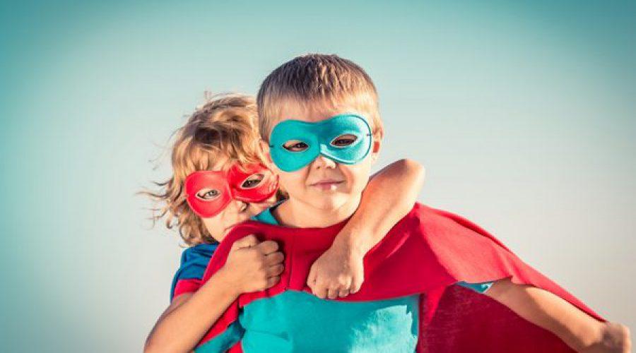 ילד וילדה מחופשים לגיבורי על