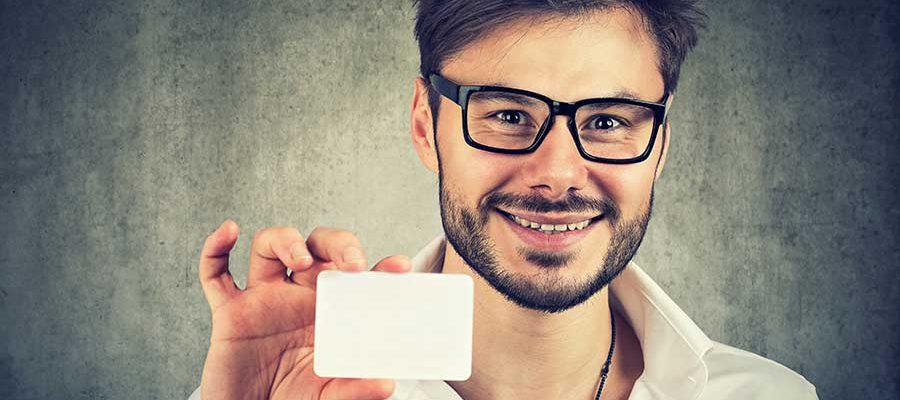 גבר ממושקף מראה כרטיס ביקור