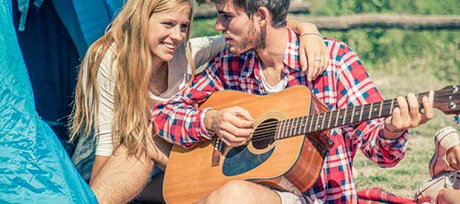 זוג צעיר מנגנים בגיטרה