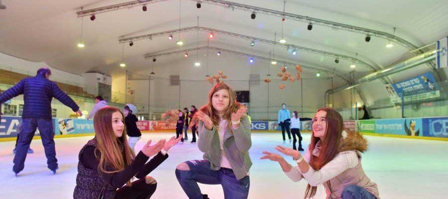 3 נערות בהיכל החלקה על קרח חולון