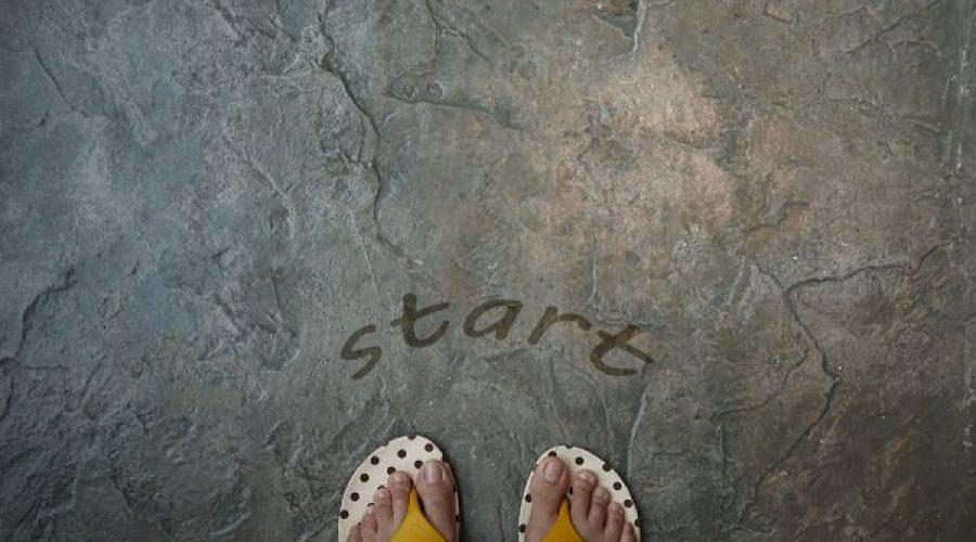 צעד ראשון רגליים בנעלי אצבע