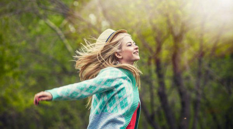 נערה ביער פורסת ידיים לאחור