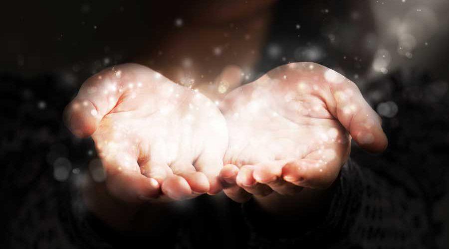 כפות ידיים פתוחות מושטות