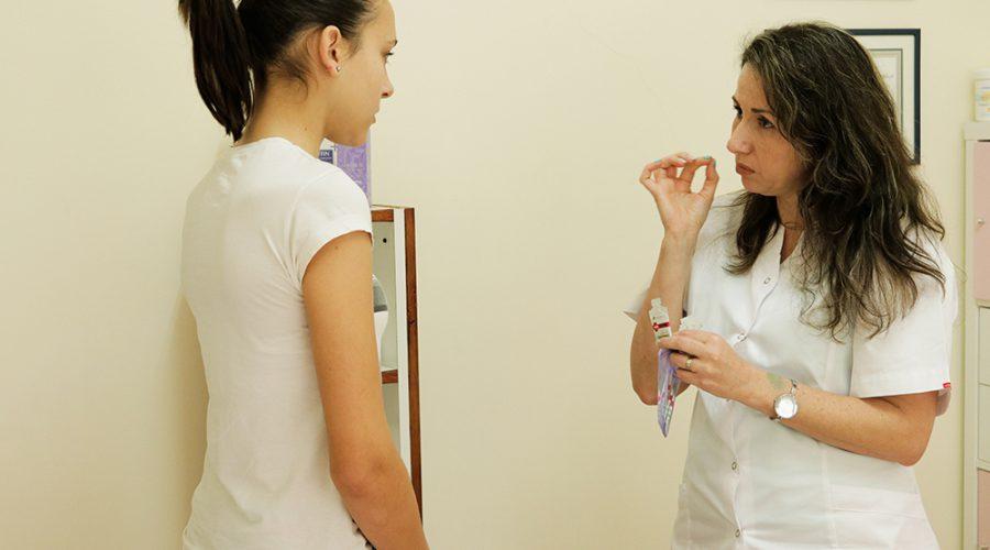 אחות רפואית מסבירה לפציאנטית