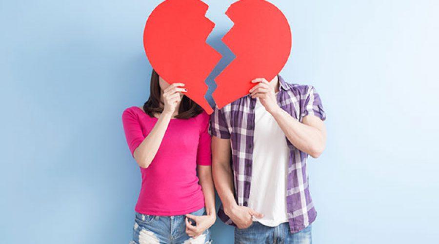 זוג מחזיק שני חצאי לב מנייר