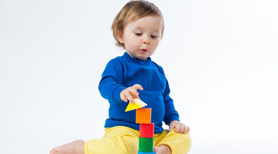 פעוט משחק בקוביות