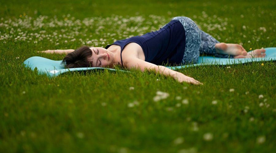מתעמלת שוכבת על הדשא