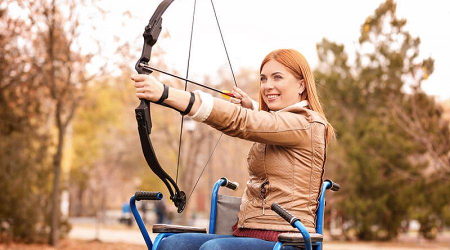 אישה יורה בחץ וקשת