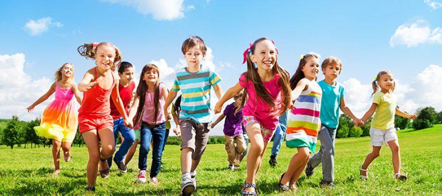 ילדים רצים על דשא