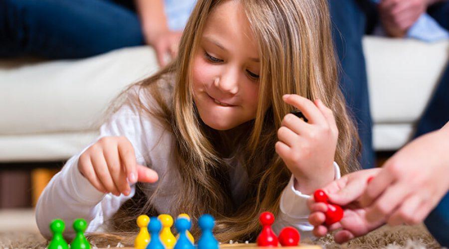 ילדה משחקת בלוח משחק אסטרטגי