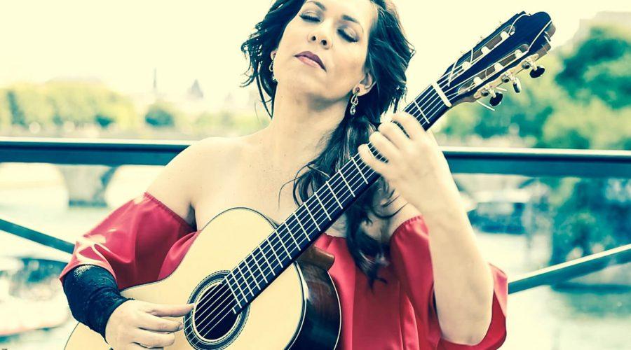 ליאת כהן מנגנת בגיטרה