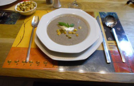 מרק עם חמישה זנים שונים של פטריות